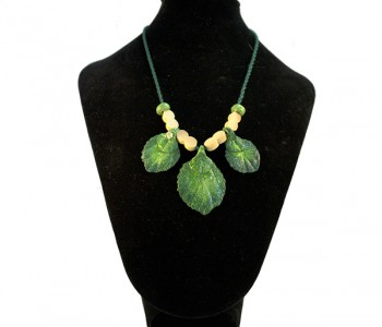 collares hojas verde y cuentas dobles madera