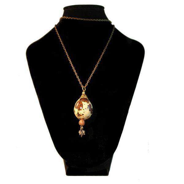 Colgantes Huevo de codorniz natural con piedra y tres perlas de cristal en busto