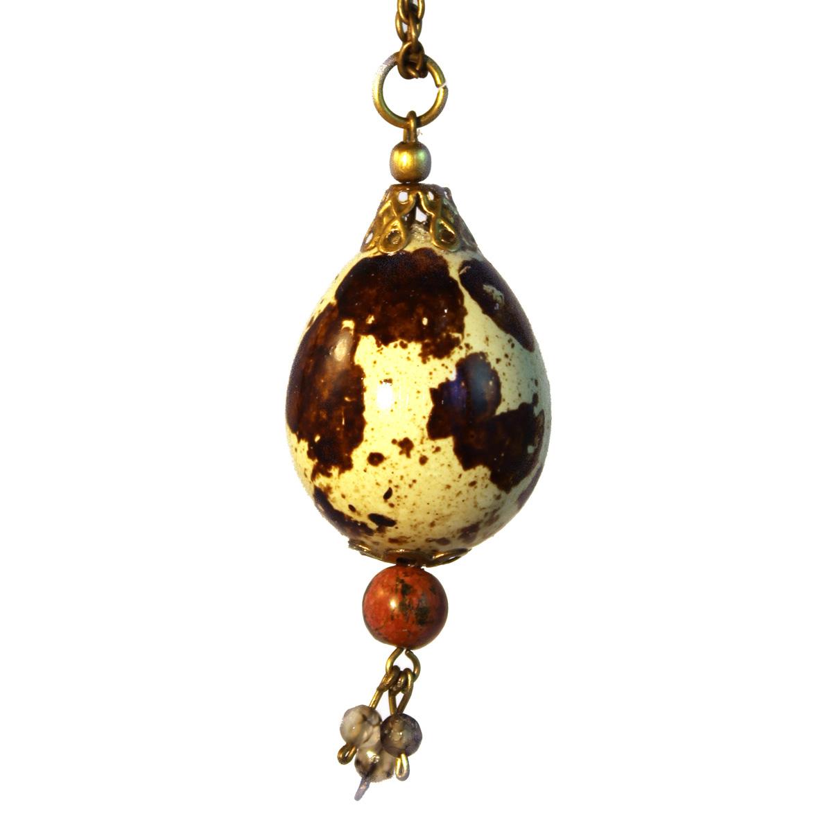 Colgantes Huevo de codorniz natural con piedra y tres perlas de cristal detalle.Collares huevos de codorniz