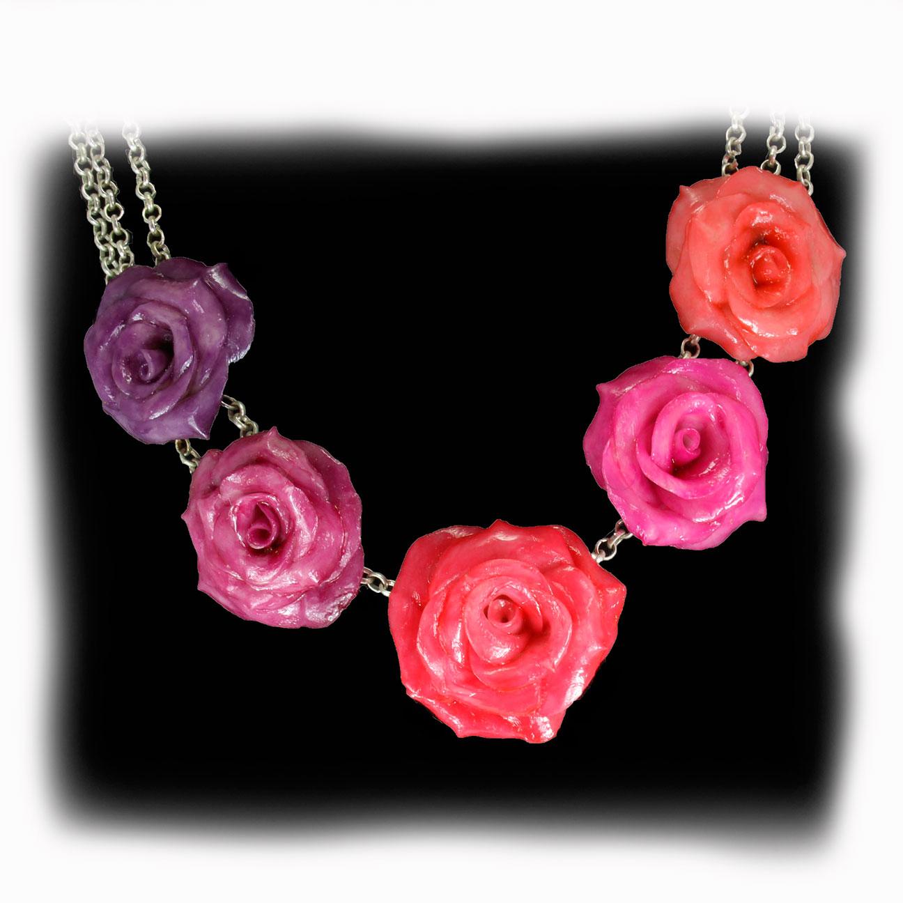 Collar 5 rosas grandes en busto